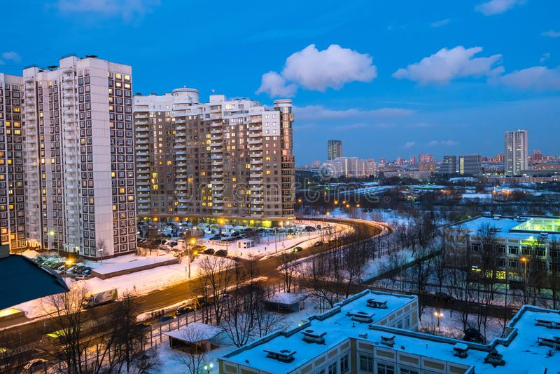 Aftonvintersikt av det miljövänliga bekväma bostads- området i Moskva royaltyfri fotografi