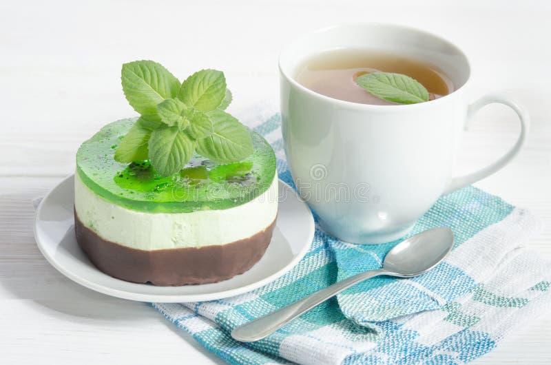 Aftreksel met cake op witte lijst royalty-vrije stock foto