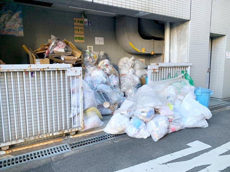 Afval in de Straten van Osaka stock foto