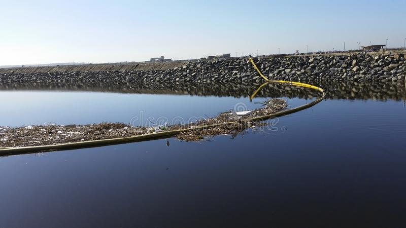 Afval die aan de oceaan worden geveegd royalty-vrije stock foto's