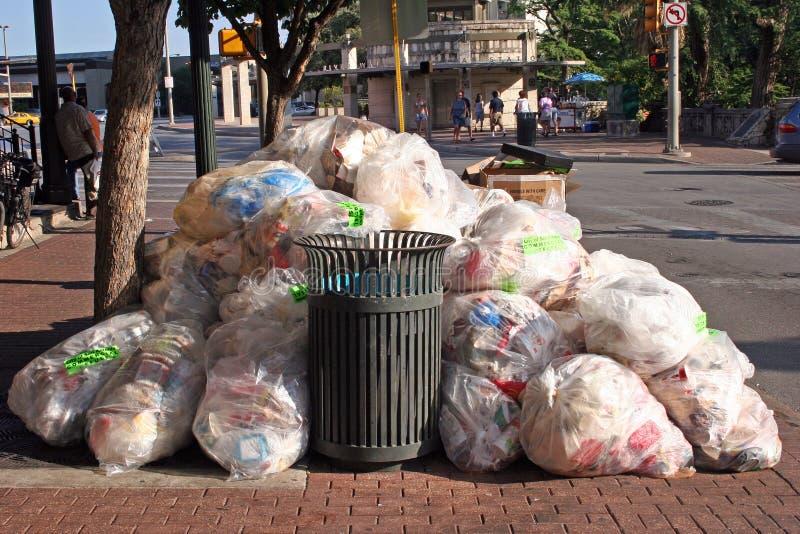 Afval en huisvuil stock afbeeldingen