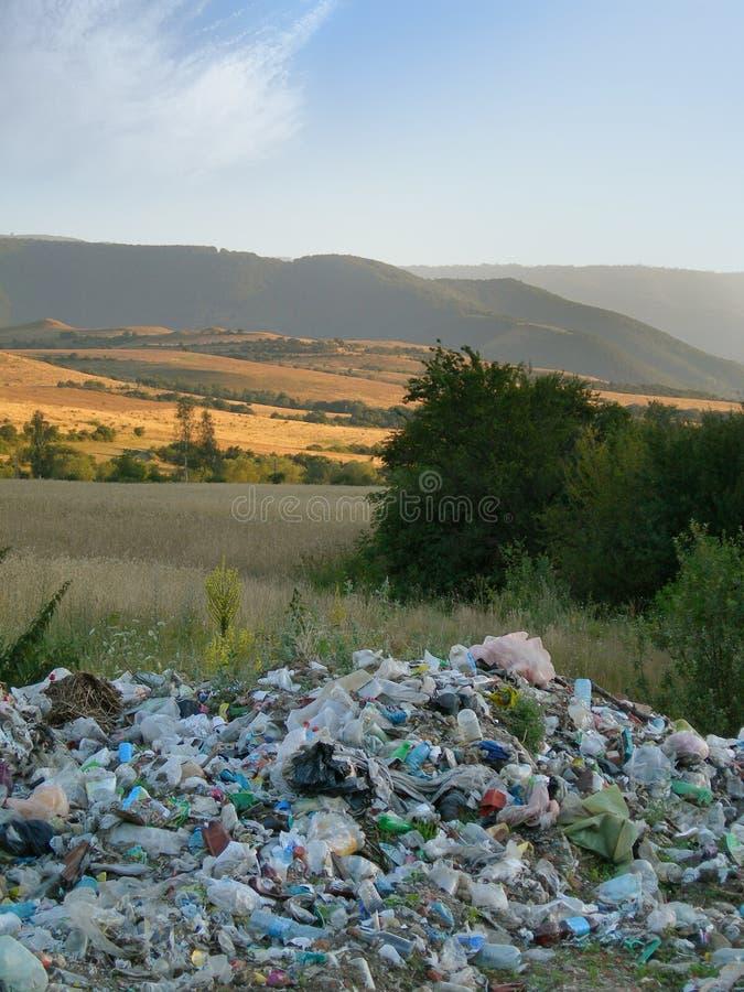 Afval en mooi landschap - milieucrisis stock foto's