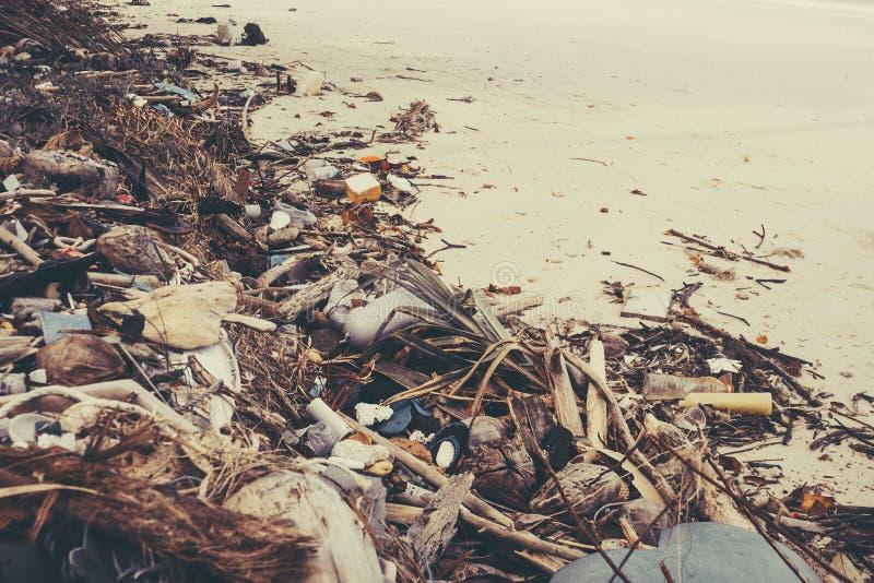 Afval op het strand stock foto