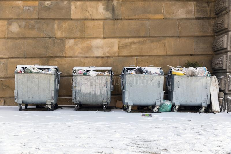 Afval van de stad bij de winter stock foto's