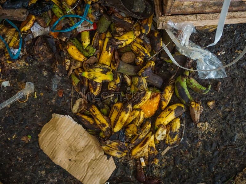 Afval van rotte die Bananen op grond van traditionele markt in Djakarta Indonesië worden verlaten stock afbeelding