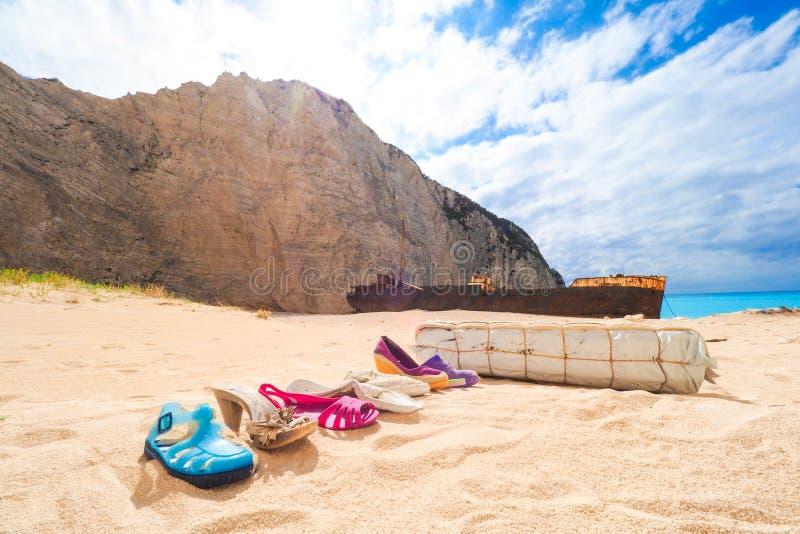 Afval verlaten bij Navagio-strand, met de schipbreuk van Panagiotis in rug royalty-vrije stock foto