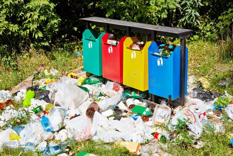 Afvalbakken en huisvuil rond royalty-vrije stock afbeeldingen