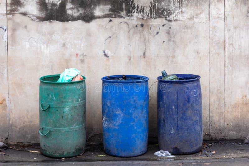 Afvalhoogtepunt van huisvuil, vuile leugens stock fotografie