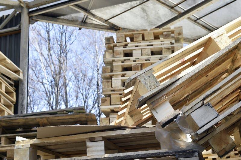 Afvalhout van pallets in de bergruimte worden gestapeld die stock afbeelding