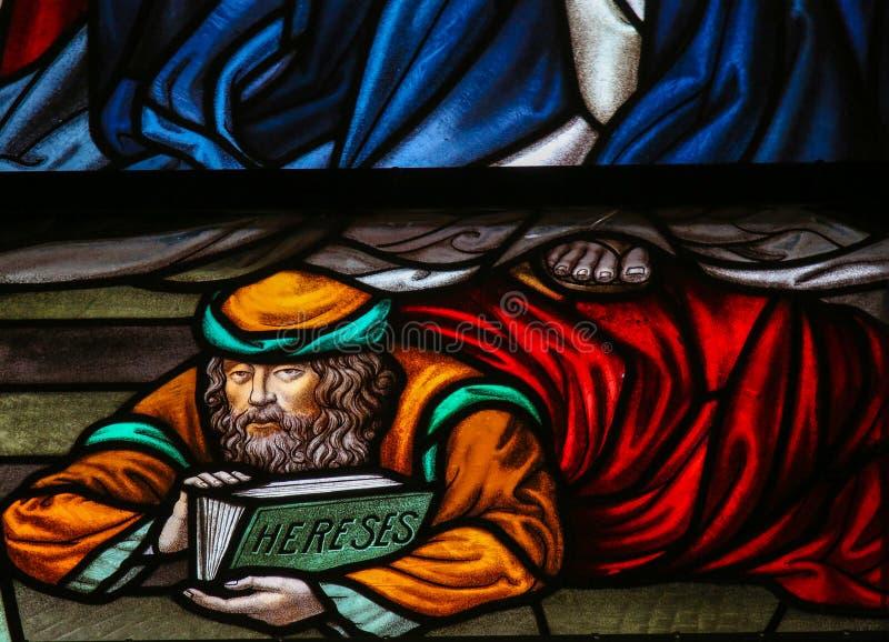 Afvallig - Gebrandschilderd glas in Mechelen-Kathedraal stock foto's