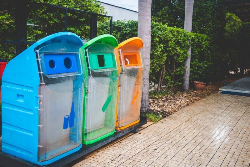 Afvalscheiding door tankkleur stock afbeeldingen