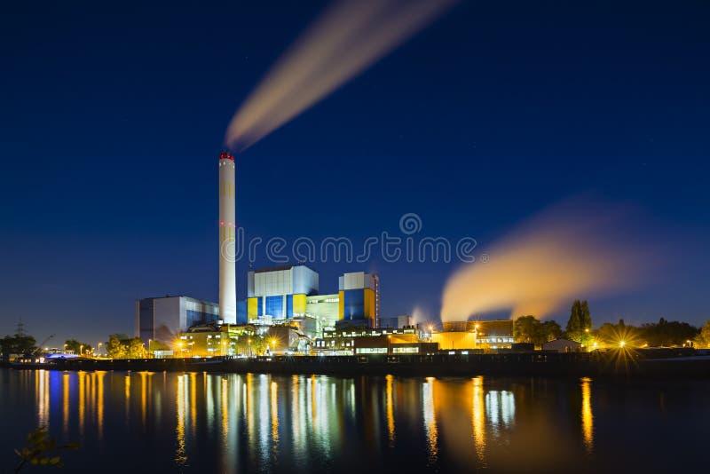 Afvalverbrandingsinstallatie bij Nacht royalty-vrije stock foto
