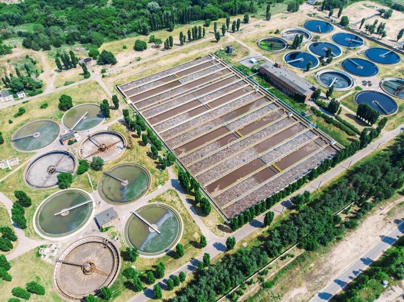 Afvalwater en behandelings van afvalwaterinstallatie, lucht hoogste mening van hommel royalty-vrije stock fotografie