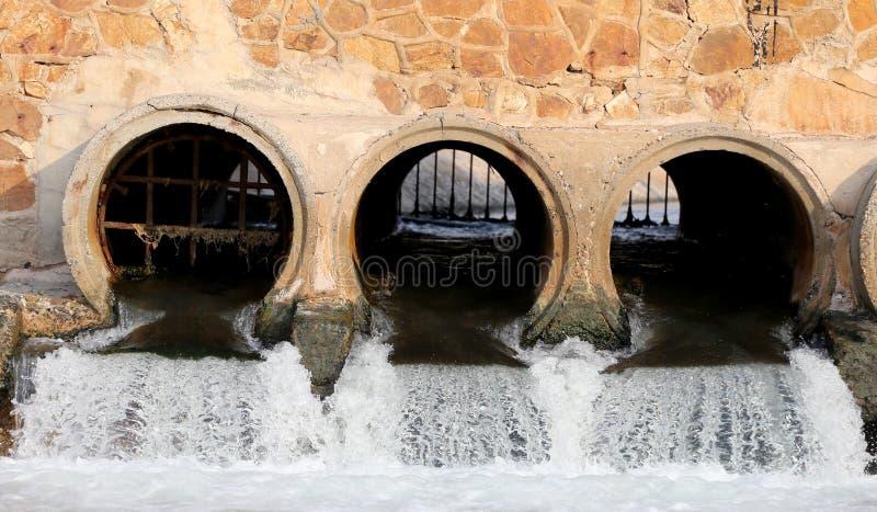 Afvalwater van afvoerkanalen stock foto