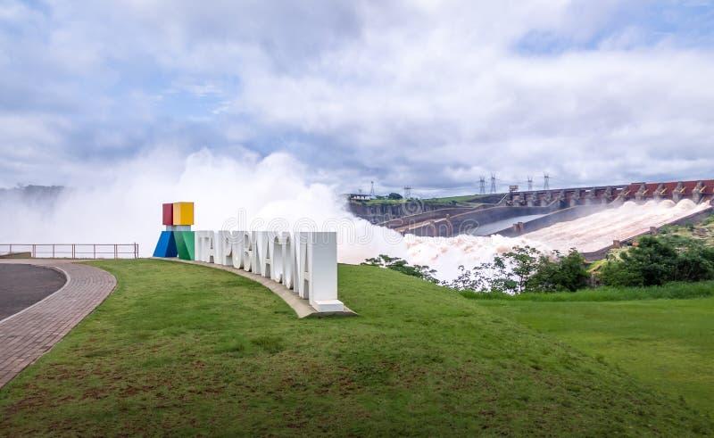 Afvoerkanaal bij Itaipu-Damteken - de Grens van Brazilië en van Paraguay stock afbeeldingen
