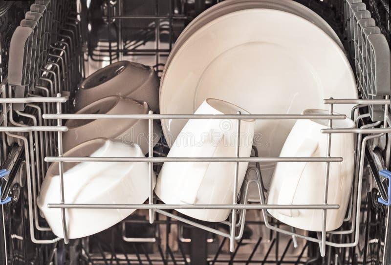 Afwasmachine met schone platen en koppen royalty-vrije stock foto's