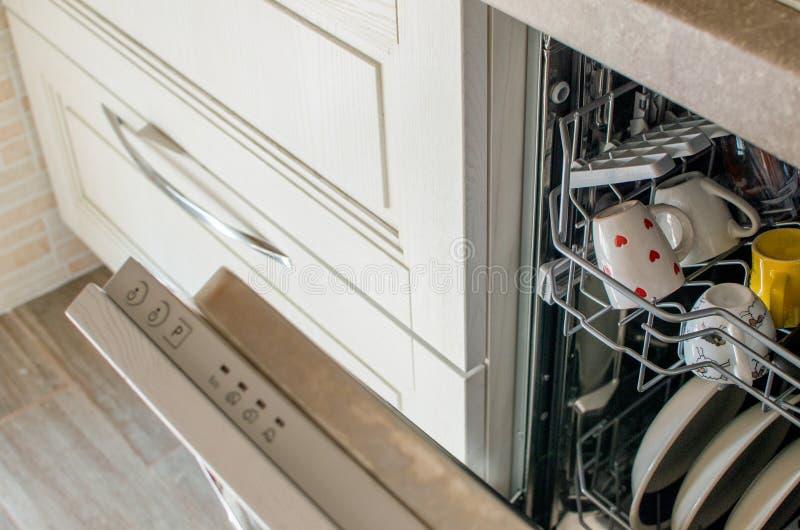 Afwasmachine in moderne keuken royalty-vrije stock afbeeldingen