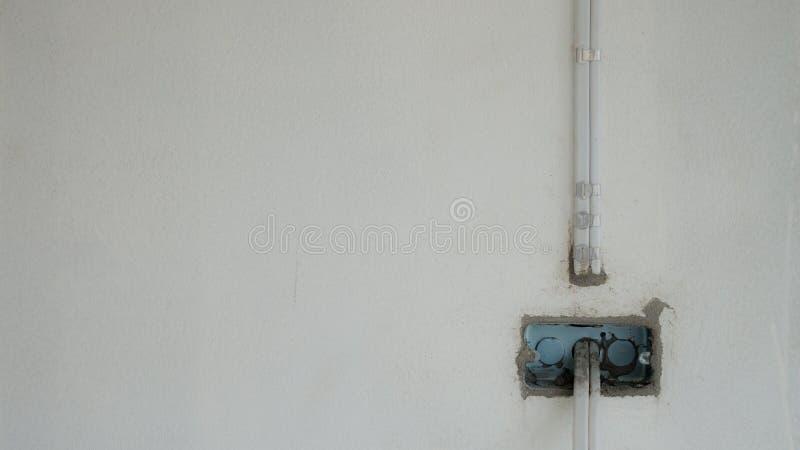 Afzet Elektrische Draad op Muurachtergrond met Exemplaar Ruimte, Witte Toon royalty-vrije stock foto