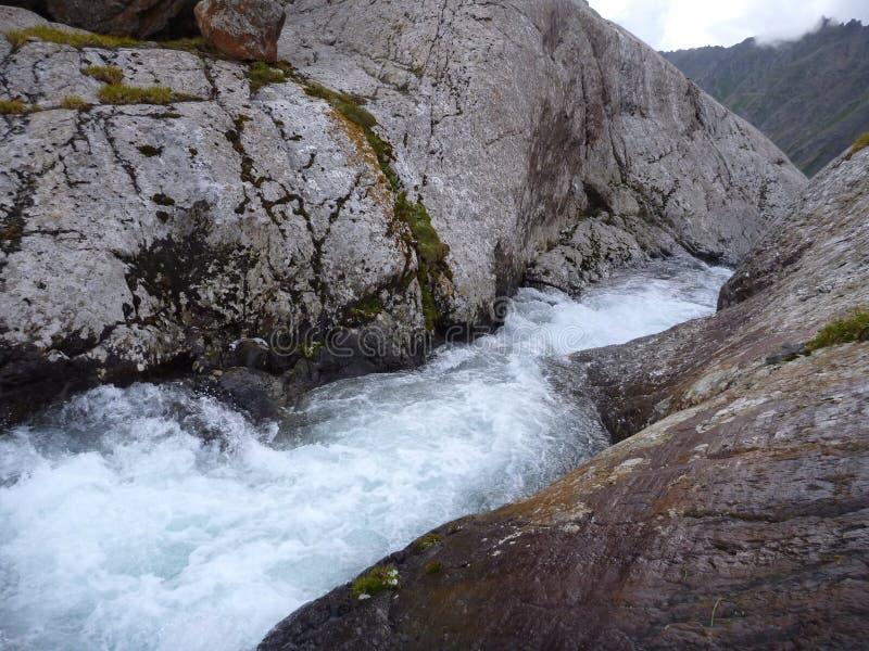 Afzet van het Alla Kol-meer in Kyrgyzstan stock foto's
