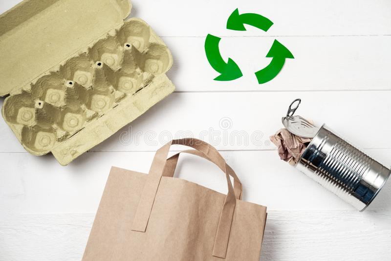 Afzonderlijke huisvuilinzameling: document zak, eiverpakking en aluminium stock fotografie