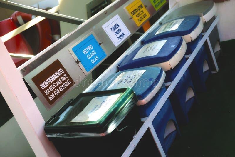 Afzonderlijke huisvuilinzameling, plastic dozen stock foto