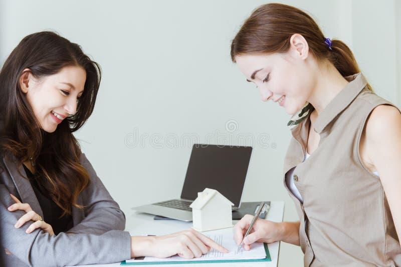 A agência alugado de compra da venda de casa dá o contrato de compra de assinatura do acordo fotografia de stock royalty free