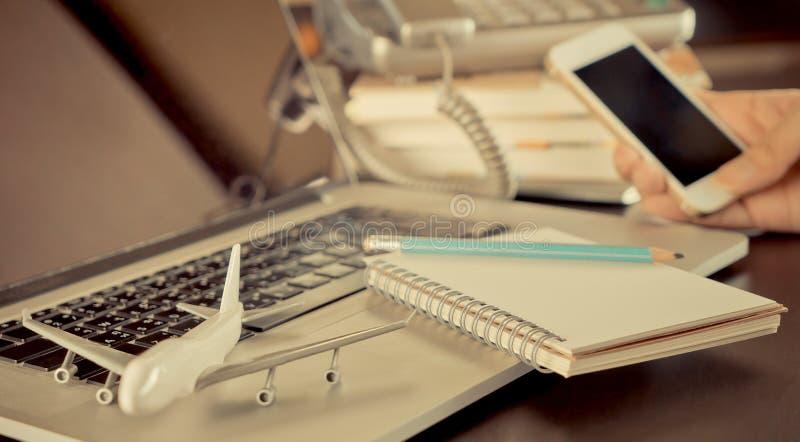 Agência de viagem de negócios na mesa de escritório imagens de stock royalty free