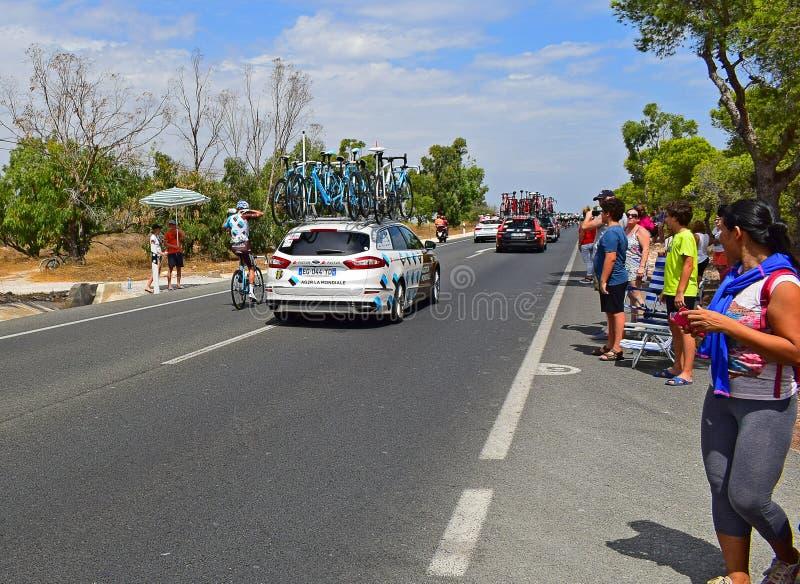AG2R-LaMondiale bil och Rider La Vuelta España arkivbild