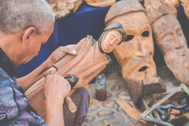 AGADIR, MARRUECOS - 15 DE DICIEMBRE DE 2017: Máscaras africanas, Marruecos GIF fotografía de archivo libre de regalías