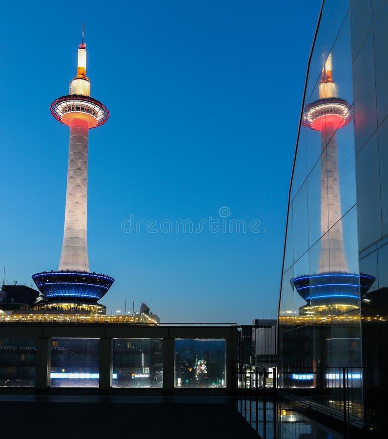 Againt de tour de Colorfull Kyoto un ciel bleu images stock