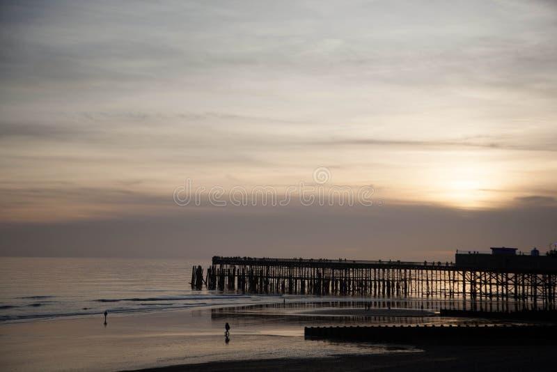 Againt del embarcadero de Hastings la luz imagenes de archivo