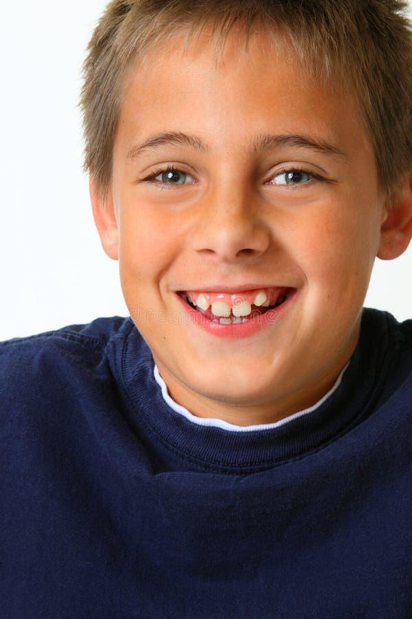 againts返回笑白色的男孩接近的下落 库存图片