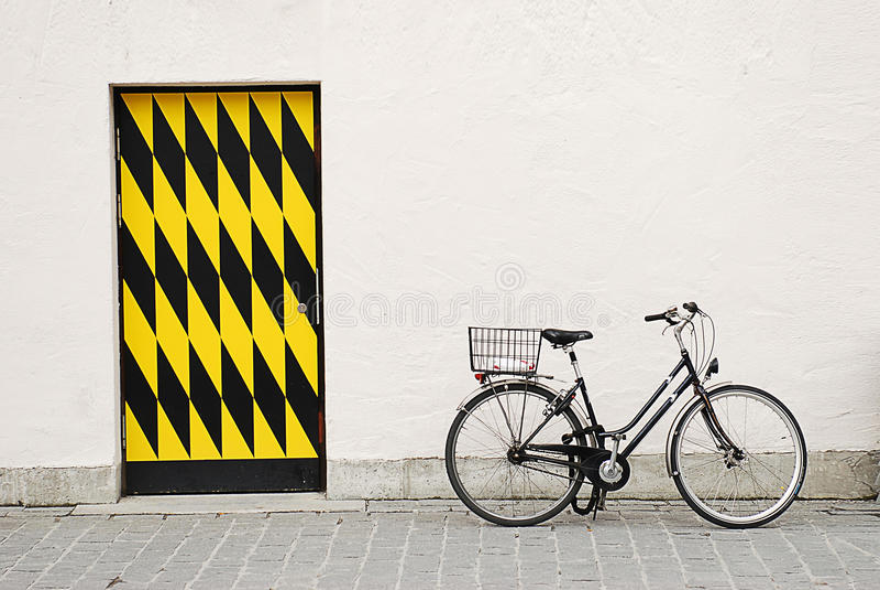 againtst duży roweru miasta drzwi ściana fotografia stock