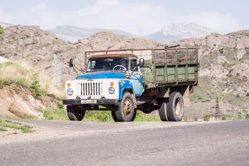 Agarakadzor Armenien - Maj 10, 2017 Gammal tappningrysslastbil royaltyfria foton