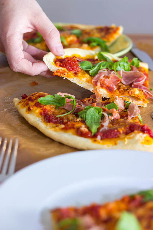 Agarrando uma fatia de pizza foto de stock royalty free