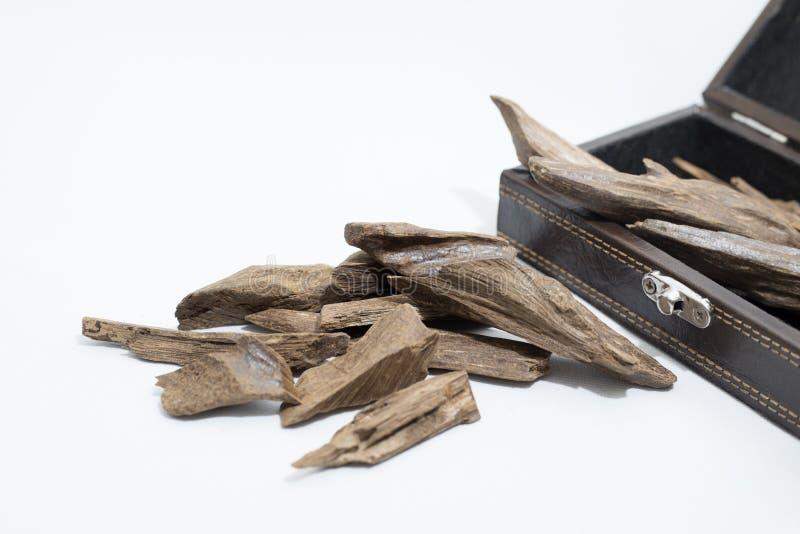 Agarwood, wierookspaanders rond een leerdoos, het de naam van ` s in Arabisch die Oud-Hout aan wierookdoeken wordt gebruikt, meub stock fotografie
