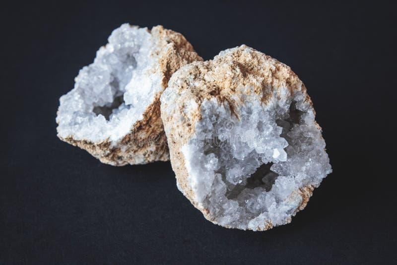agat Przekrój poprzeczny agata kamień z geodą na czarnym tle Początek: Maroko, Sidi Rachal obraz stock
