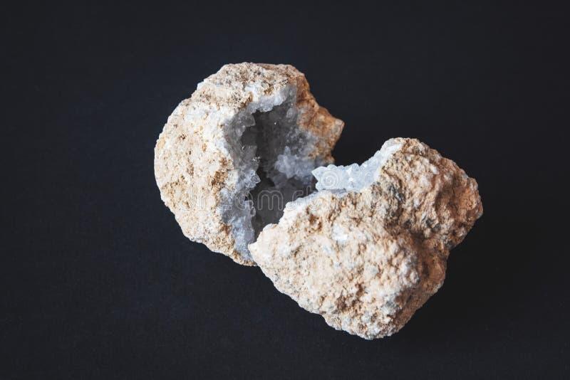 agat Przekrój poprzeczny agata kamień z geodą na czarnym tle Początek: Maroko, Sidi Rachal fotografia stock