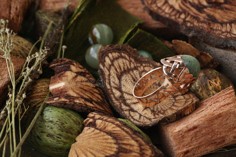 agata złota zieleni pierścionku rune obraz royalty free