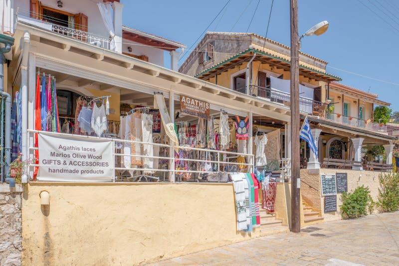 Agathisen snör åt shoppar i den Kassiopi staden på Korfu, Grekland fotografering för bildbyråer