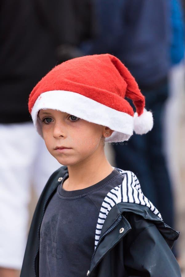 AGDE, ΓΑΛΛΊΑ - 9 ΣΕΠΤΕΜΒΡΊΟΥ 2017: Ένα αγόρι σε ένα νέο καπέλο έτους σε μια έκθεση Κινηματογράφηση σε πρώτο πλάνο στοκ φωτογραφίες