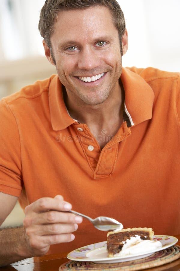 aged eating man middle pecan pie στοκ εικόνα με δικαίωμα ελεύθερης χρήσης