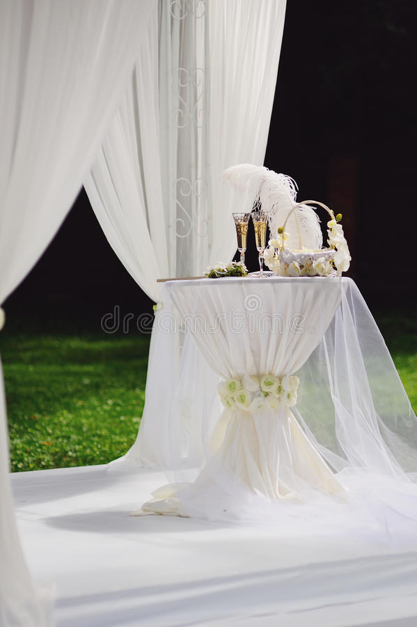 Agencement de mariage dans le jardin photo libre de droits