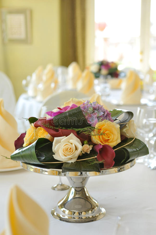 Agencement floral initial sur la table photo stock
