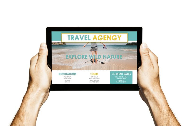 Agenci Podróży strona internetowa w pastylka ekranie Ręki trzyma pastylkę z białym tłem fotografia stock