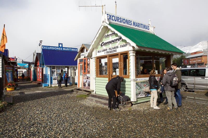 Agencias turísticas en Ushuaia, la capital de Tierra del Fuego, la Argentina imagenes de archivo