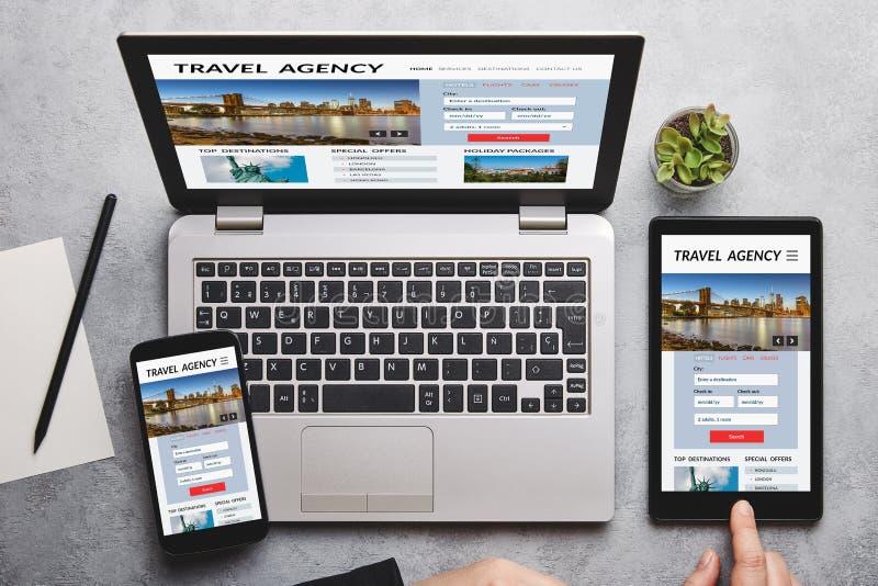 Agencji podróży pojęcie na laptopu, pastylki i smartphone ekranie, fotografia stock
