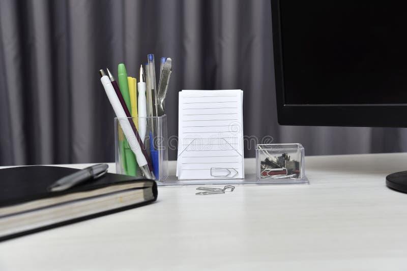 Agenda com material não do livro e da mesa na tabela fotos de stock royalty free