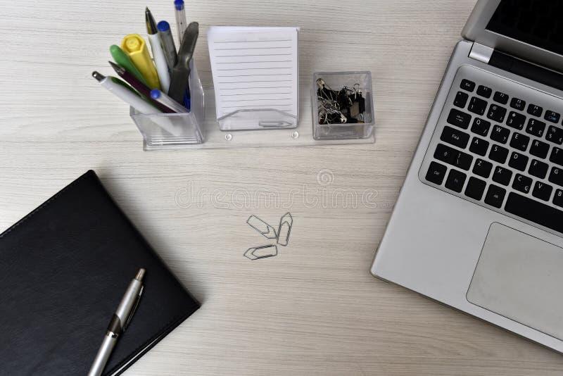 Agenda com material não do livro e da mesa na tabela foto de stock
