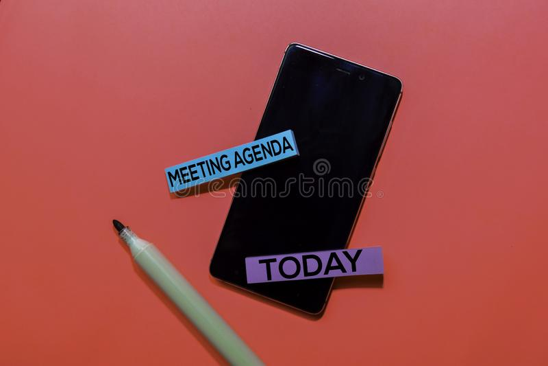 Agenda riunioni e oggi scrivono su note appiccicose isolate in background rosa fotografie stock libere da diritti